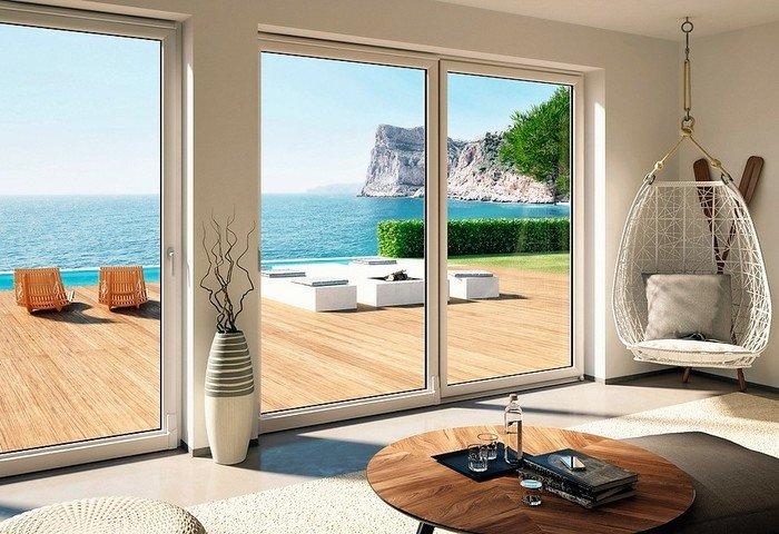 Große Schiebetüren erlauben einen guten Zugang bei gleichzeitig hervorragendem Blick über die Terrasse und die umgebende Landschaft. Bild: Oknoplast
