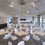 Das Foyer dient zunächst dem Empfang und der Registrierung der Trainingsteilnehmer, ehe es später ihr Kaffee- und Pausenraum wird. Bild: Owa
