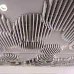 Die offene Bauweise mit einzelnen Lamellen integriert die Akustikelemente elegant in die bestehende Deckentechnik. Bild:Owa