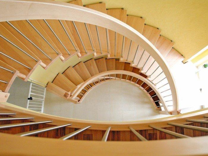 Handlaufgetragene Holztreppe aus einer besonders ästhetischen Perspektive. Bild: TSH System