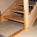 Die Verspannung von Pfosten und Wangen kann nur eine provisorische Maßnahme sein, wenn Holztreppen knarren. Aber sie zeigt die Wurzel des Übels: Konstruktive Unsauberkeiten haben Störgeräusche zur Folge.