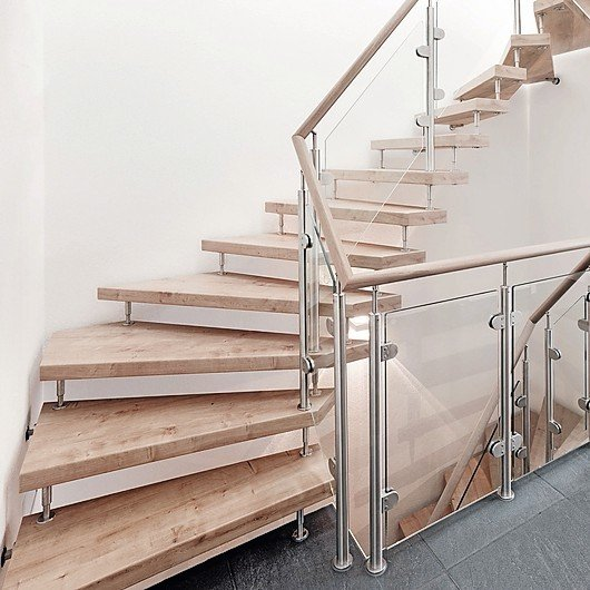 Treppe mit abknickendem Ende. Helles Holz, Glas und Edelstahl. Bild: Kenngott