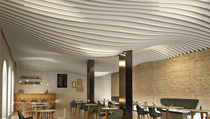 Wellenartig geschwungene Lamellendecke eines Cafés. Bild: Lindner Group