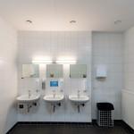 Neue Möglichkeiten für Installationswände und Vorwandinstallationen in wasserbeanspruchten öffentlichen und industriellen Bereichen bieten zementgebundene Platten. Bild: Fermacell