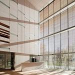 Spezielle Funktionsgläser erlauben Tageslicht im Innenraum, gefiltert und gesteuert durch ein Raster aus filigranen Holzstäben im Scheibenzwischenraum. Bild:Javier Azurmendi   Okalux.
