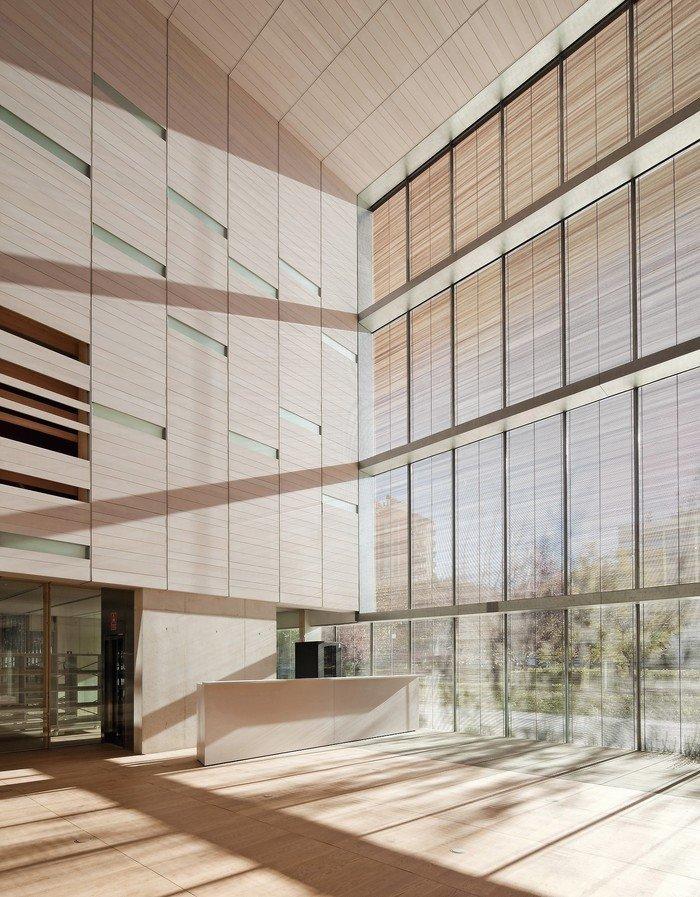 Spezielle Funktionsgläser erlauben Tageslicht im Innenraum, gefiltert und gesteuert durch ein Raster aus filigranen Holzstäben im Scheibenzwischenraum.