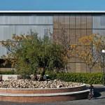Kompakter Baukörper mit offen wirkender Südfassade, hinter der sich die öffentlichen Bereiche befinden. Bild:Rojo/Fernández-Shaw
