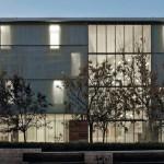 Bei Nacht ergibt sich bei der Südfassade ein Wechselspiel aus geschlossenen Metallflächen und offenen Glasflächen. Bild:Rojo/Fernández-Shaw