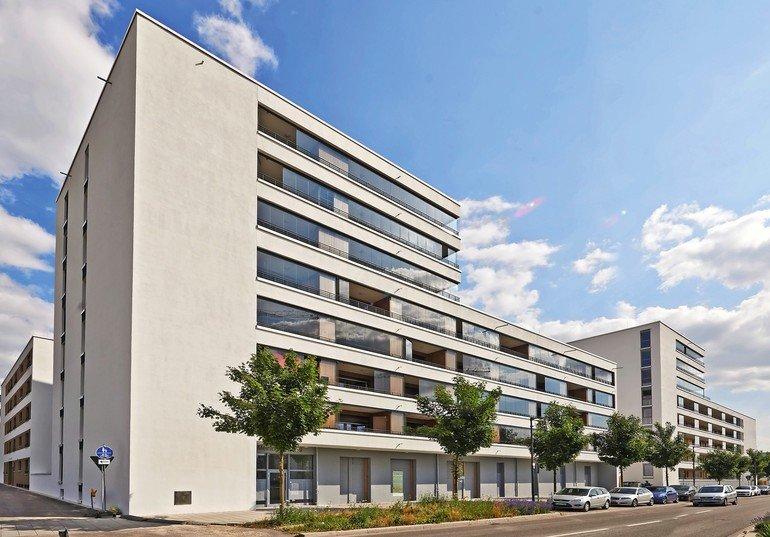Anstelle von Schallschutzmauern wurden für ein Wohngebäude in Neu-Ulm verglaste Laubengänge als Pufferzone gegen den Außenlärm geplant.