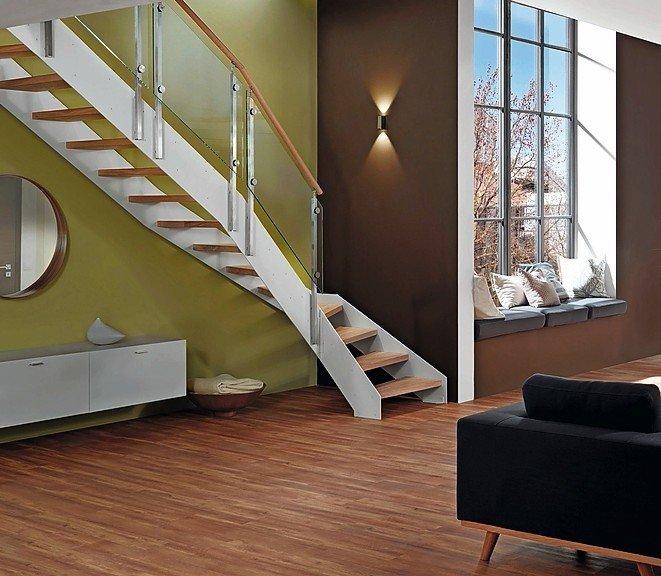 Treppe mit abknickendem Ende. Helles Holz, Glas und weiß lackierter Stahl.