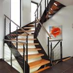 Gewendelte Treppen aus Holz und Stahl.