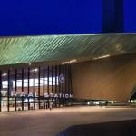 Das spitz zulaufende, mit Edelstahl verkleidete Dach der südlichen Bahnhofshalle weist in Richtung Stadtzentrum. Bilder: Jansen AG