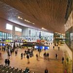 Hell und freundlich: Große Bahnhofshalle mit Zugang auch zur U-Bahn. Bild: Jansen AG