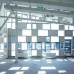 Als Zitat der Industriearchitektur wurde das Tragwerk des Neubaus ebenso sichtbar gelassen wie die Unterkonstruktion der Pfosten-Riegel-Fassade.