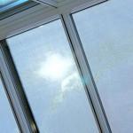 Fenster mit Textilsonnenschutz.