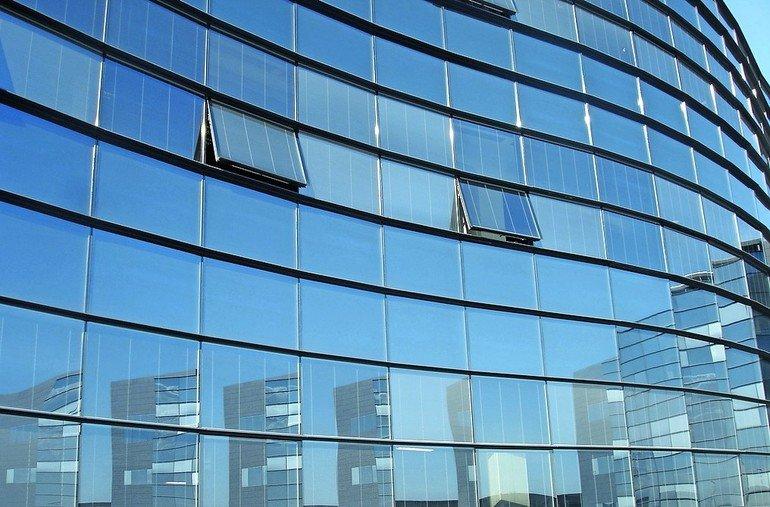 Geschwungene Glasfassade mit einigen gekippten Fenstern. Bilder: Pellini