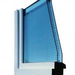 Doppelglasiges Fenster mit zwischen den Scheiben liegendem Rollo. Bild: Pellini