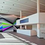 Eingangshalle mit binärer Uhr aus LED-Farbstrahlen. Bild: Lindner