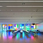 Seminarraum mit Präsentationsbühne, komplett in Trockenbau gefertigt. Bild: Lindner