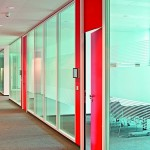 Türen im passenden Glastrennwandsystem: Die Farbe Rot steht für das Corporate Identity der Sparkassen. Bild: Lindner