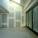 Die geringe Aufbauhöhe von Fertigteilestrich kann den niveaugerechten Anschluss an vorhandene Türen oder Balkone bzw. Terrassen vereinfachen. Bild: Knauf/Ducke