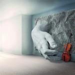 Eine aus der Wand kommende Steinhand spielt ein Cello.