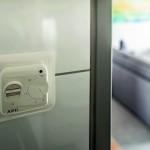 Design und Effizienz: Mit dem selbsterklärenden Bedienregler FTE 900 SN kann jeder Gast die Fußbodentemperatur individuell regulieren. Bild: AEG Haustechnik