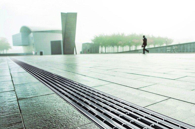 Linienentwässerung in der Außenfläche mit AcoDrain Multiline. Drainlock Rostabdeckungen lassen sich nach individuellen Funktions- und Designanforderungen planen. Bilder: Aco