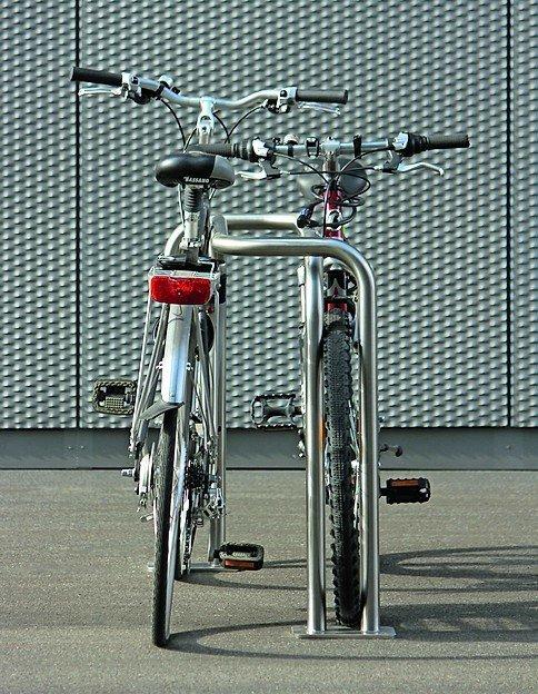 Zwei Fahrräder in einem Edelstahlfahrradständer. Bild: Cycelog