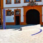 Der Ortskern erhielt eine Befestigung mit drei verschiedenen Pflastersystemen, die zusammen einheitlich wirken und zur umgebenen Architektur wie dem barocken Rathaus passen.