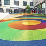 Auch fließende Farbübergänge wie bei dem Motiv der Farbspirale sind möglich. Die Installation des Bodenbelags erfolgt direkt vor Ort im fugenlosen Einbauverfahren. Bilder: Polytan GmbH