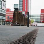 Die asymmetrische Bauform der Entwässerungsrinne ermöglicht die Entwässerung an Kanten und Fassaden. Bilde: Birco GmbH
