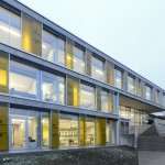 Gelbe Glaselemente im Wechsel mit raumhohen Fenstern gliedern die Fassade. Bild: Liebel/Architekten