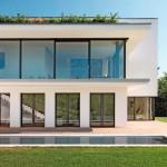 Klar gegliedert, prägt vor allem die großflächige Verglasung die Fassade. Bild:Finstral