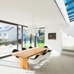 Schmale Rahmenansichten, barrierefreie Hebeschiebetüren und Oberlicht: Der Innenraum ist erfüllt von Tageslicht. Bild:Finstral