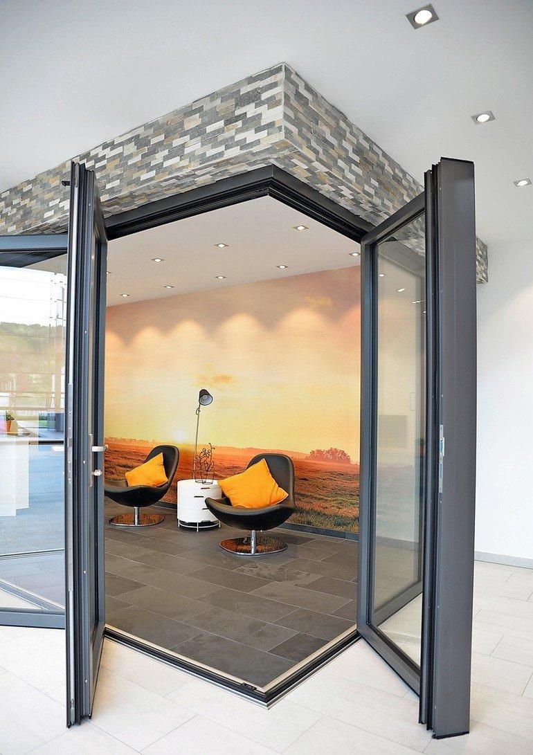 Aufenthaltsbereich mit umlaufenden Glasfaltwänden. Bild: Solarlux
