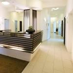Die elegante Optik des Empfangs einer Klinik wird unterstrichen durch großflächige Fliesen. Bild: Fermacell GmbH