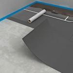 Mit dünnschichtigen flexiblen Gummigranulatmatten können auch Böden mit leichten Unebenheiten entkoppelt werden. Bild: wedi