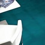 Der azurblaue Spachtelboden eines Cafés erinnert an Meerwasser. Bilder: Brillux