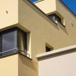 Terrassenartig abgestuftes Gebäude mit ockergelbem Verputz. Bild: Schwenk