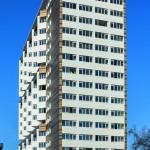 Die hinterlüftete Aluminiumbekleidung der Fassadenränder und der Fluchtbalkone in Gold-Tönen verleiht dem Hochhaus einen warmen Glanz. Bild: Solarlux