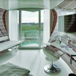 Die Hotelzimmer sind wie Schiffskabinen gestaltet mit thematisch passendem Balkon. Bild: Opterra