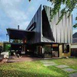 Die konisch zugeschnittenen Titanzinkscharen geben der Fassade Rhythmus und lockern die großen Flächen auf. Bild: Nicholas Murray Architects