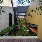 Der 12 m2 großer Teich dient u.a. dazu, die alten und neuen Gebäudebereiche zu separieren und gleichzeitig den Bruch zwischen diesen zu glätten. Bild. Nicholas Murray Architects