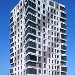 Wohnturm in München: Fensterabdichtung mit emissionsarmen Multifunktionsbändern.