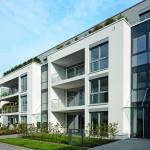 Bodentiefe, motorisch und passiv belüftete Fenster mit Dreifach-Isolierverglasung und motorischer Außenbeschattung.