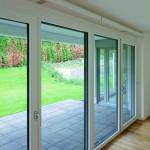 Bei Berücksichtigung im Planungsstadium sind die schlanken Lüftungselemente unauffällig in die innere Laibung integrierbar. Sie können aber auch im Rahmen von Fenstersanierungen nachgerüstet werden.