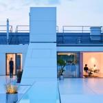 Blick von der 120 m²-Dachterrasse ins Loft: Auf 200 m² darf luxuriös gewohnt werden. Bild:Hertha Hurnaus