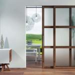 Milchglasschiebetür mit farblich auf den Boden abgestimmtem Holzrahmen. Bilder: Rubner Türen