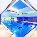 Highlight im 4. OG: Rund um den 20 m Pool wurden die Wände doppelt und teilweise dreifach mit der wasserbeständigen und schimmelresistenten Trockenbauplatte beplankt. Bild: Knauf Aquapanel/E. Reinsch
